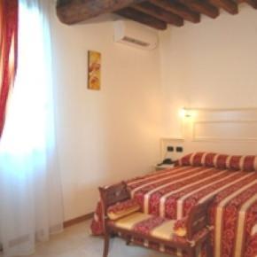 Hostales y Albergues - Oasi Hotel
