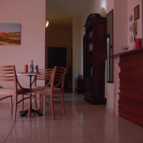 Hostales y Albergues - Etna Inn