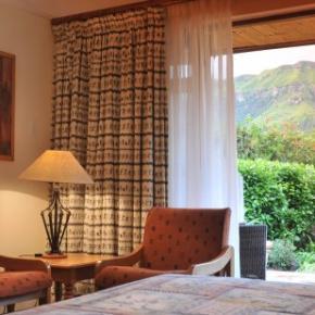 Hostales y Albergues - Cathedral Peak Hotel