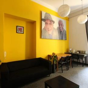 Hostales y Albergues - Hostal  Yellow